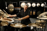 Roberto Giuliani, photo percussion, batterie et gongs.